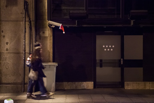 Luzinterruptus-Merry-Christimas-and-Happy-New-Year-Installation-03