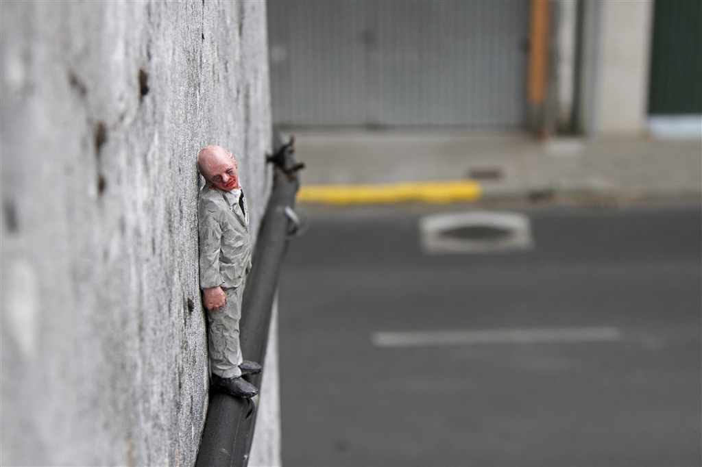 isaac-cordal-new-pieces-at-desordes-creativas-08