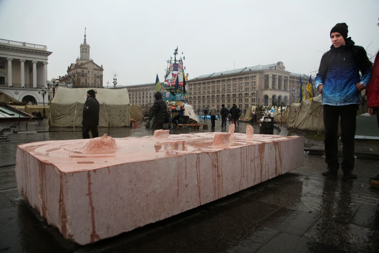 roti-new-sculpture-at-the-independence-square-in-kiev-ukraine-05