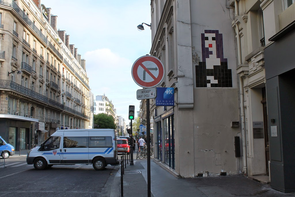invader-monna-lisa-new-piece-in-paris-france-00