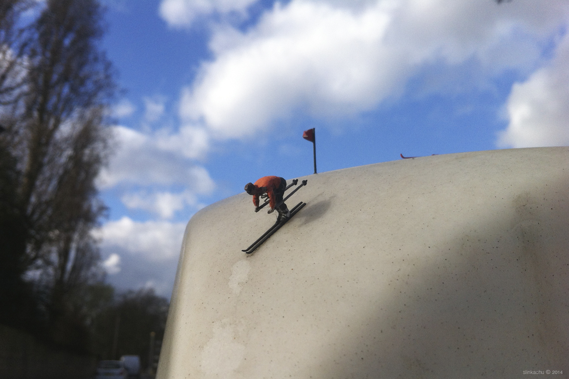 slinkachu-alpining-new-piece-in-fulham-london-07