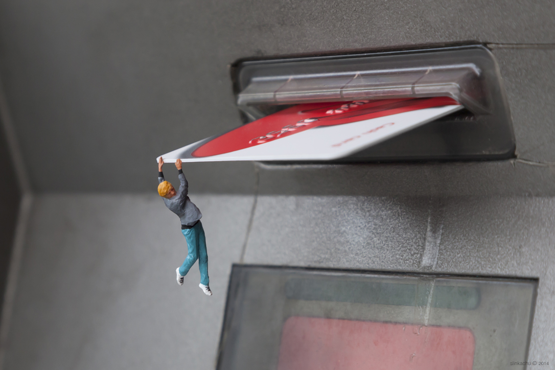 slinkachu-bank-balance-new-pice-in-chiswick-london-01