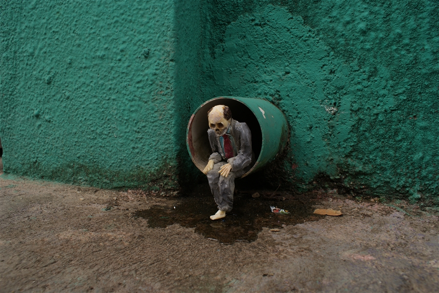 isaac-cordal-a-series-of-new-sculpture-in-mexico-02