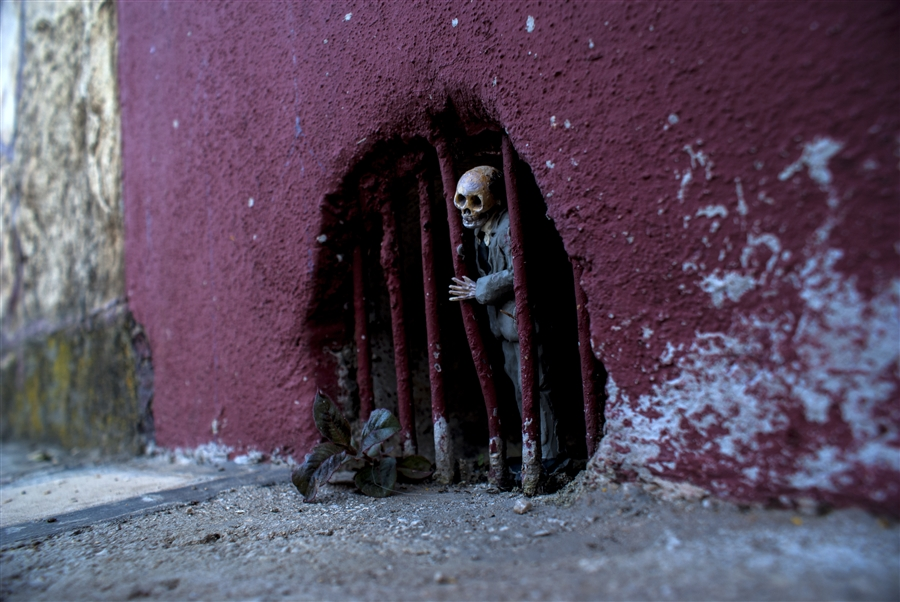 isaac-cordal-a-series-of-new-sculpture-in-mexico-03