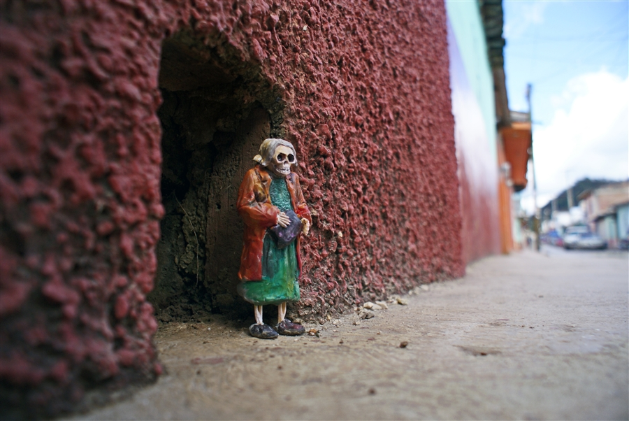 isaac-cordal-a-series-of-new-sculpture-in-mexico-06