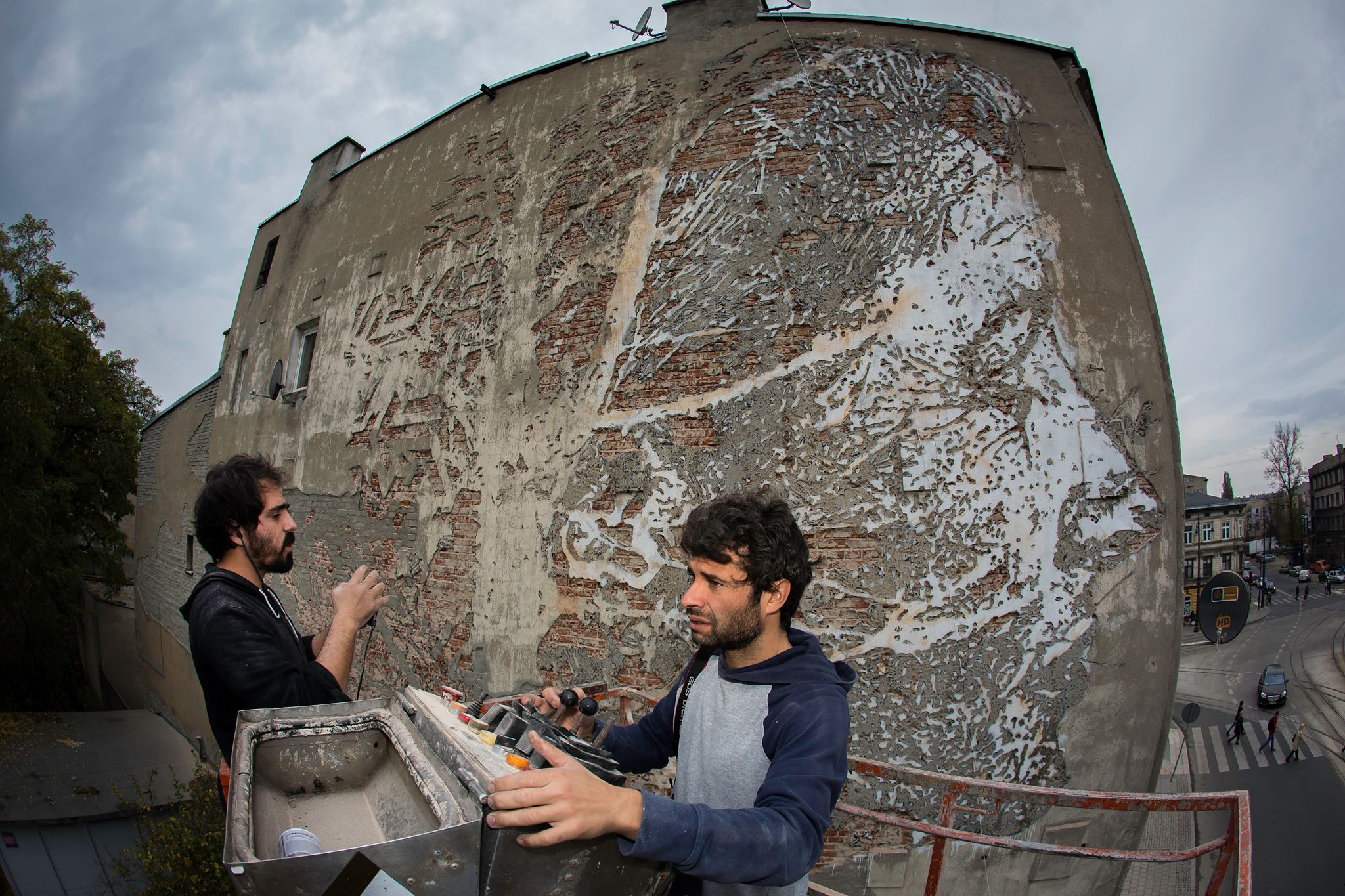 vhils-new-mural-for-galeria-urban-forms-07