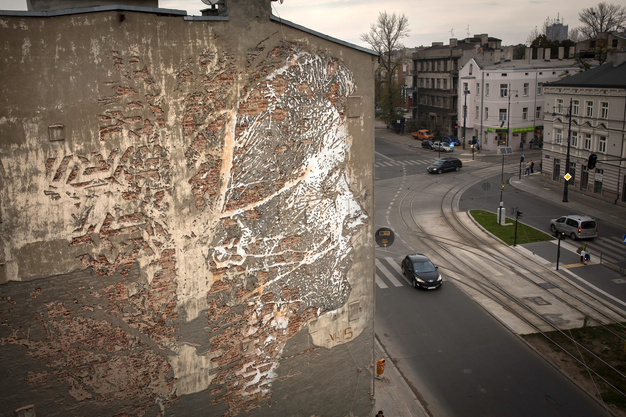 vhils-new-mural-for-galeria-urban-forms-09