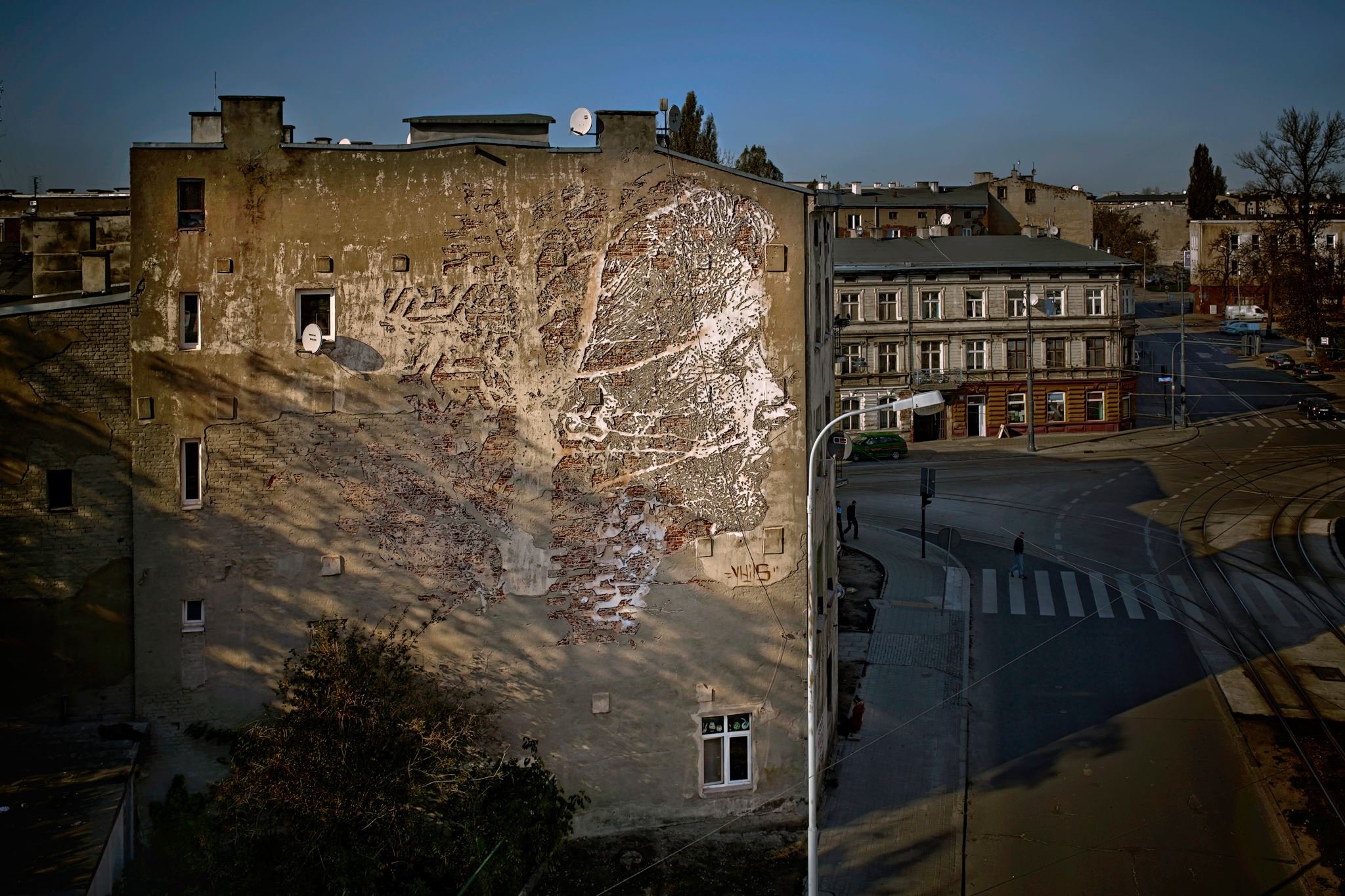 vhils-new-mural-for-galeria-urban-forms-10