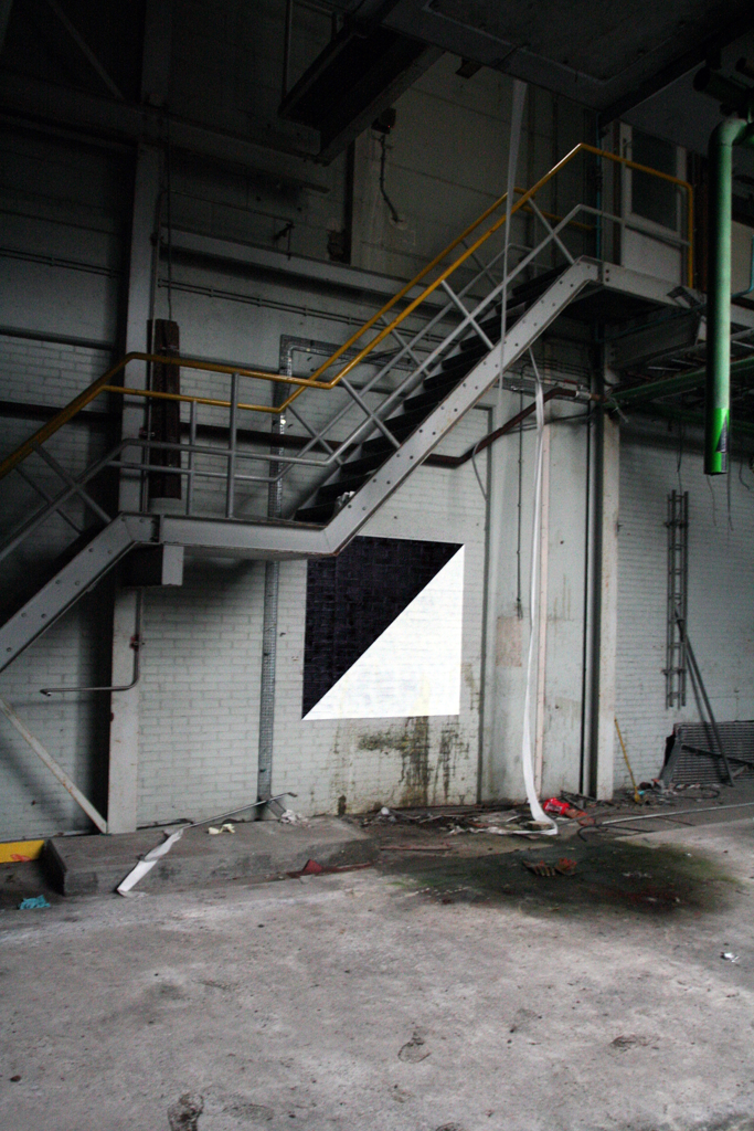 graphic-surgery-in-an-abandoned-factory-03