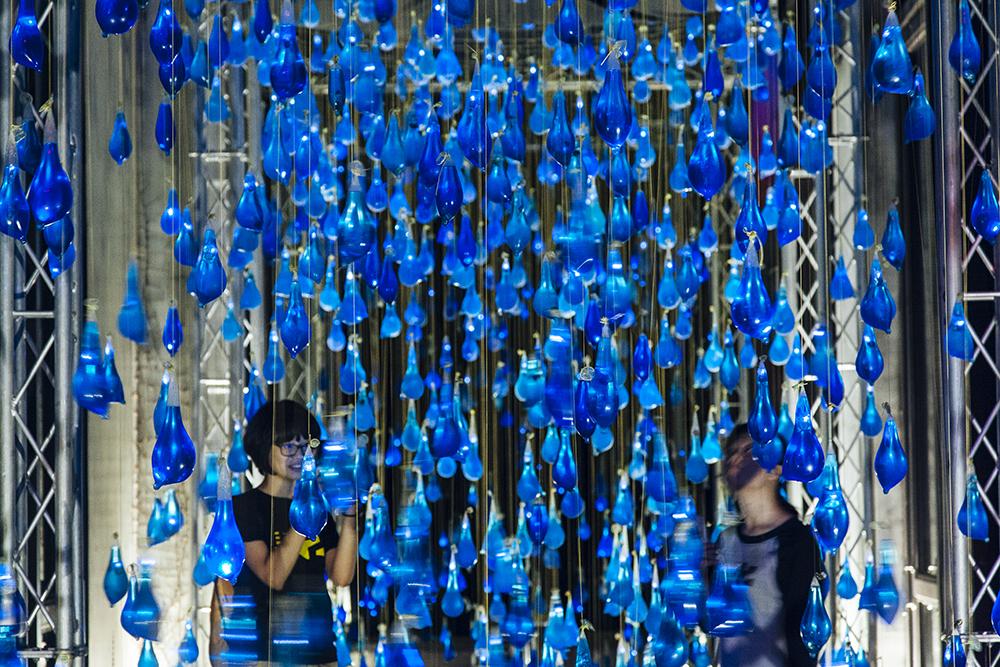luzinterruptus-rain-interactive-installation-07