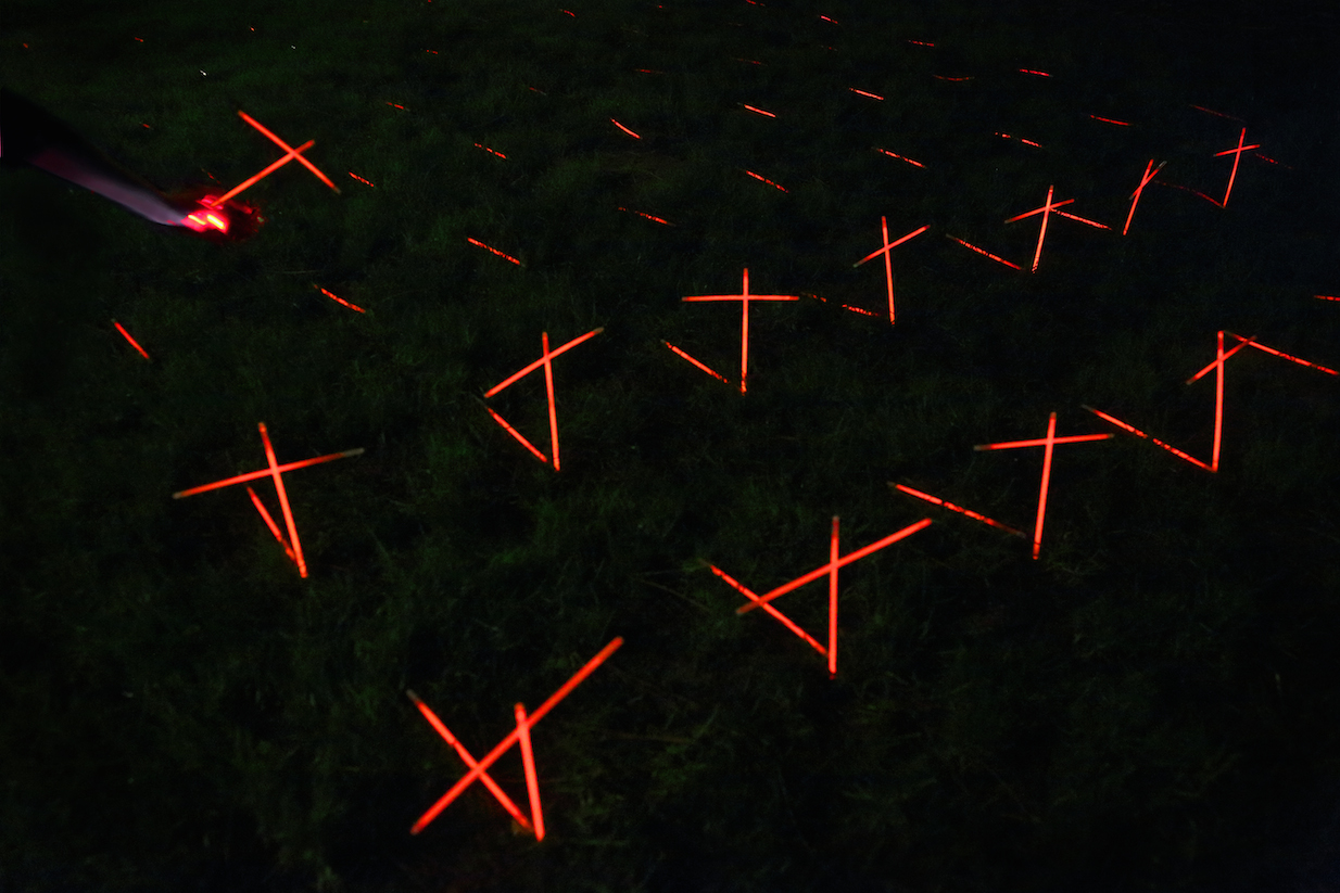 luzinterruptus-dead-red-roses-installation-12